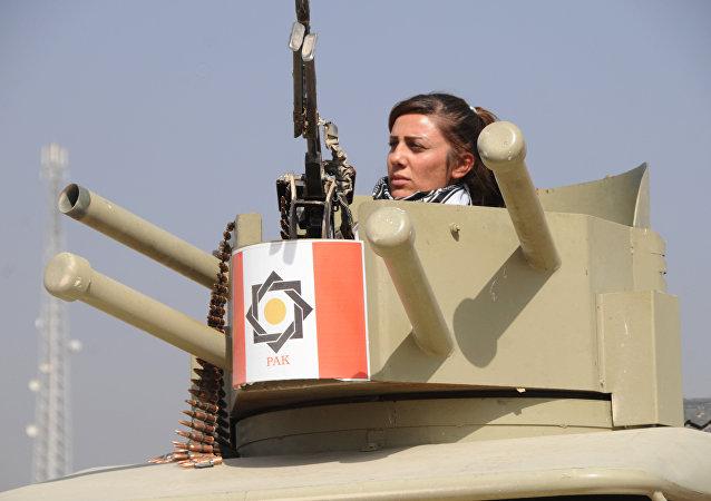 Combatente das unidades de mulheres peshmerga prepara-se para o combate contra o Daesh em Mossul, Iraque, outubro de 2016
