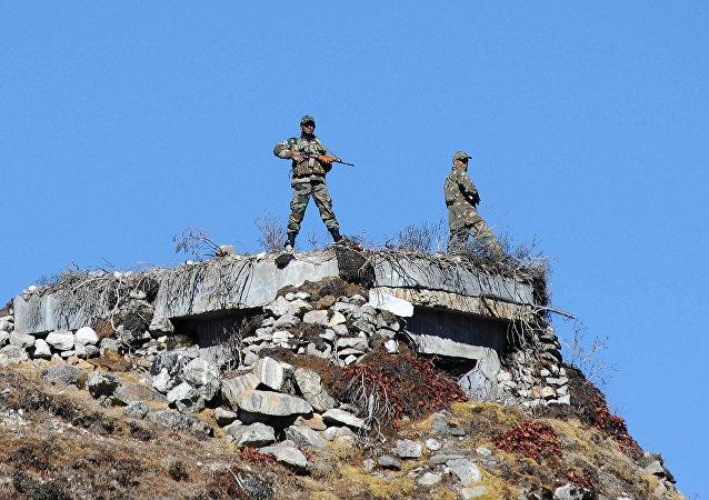 Soldados indianos realizando partrulhamento na fronteira entre China e Índia, estado de Arunachal Pradesh