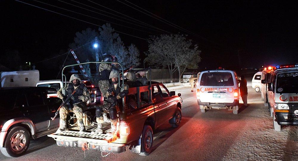 Militares se deslocam para academia de polícia invadida por terroristas na cidade paquistanesa de Quetta