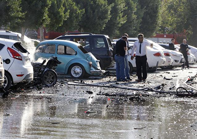 Oficiais investigam o local da explosão na cidade turística turca de Antália, 25 de outubro de 2016