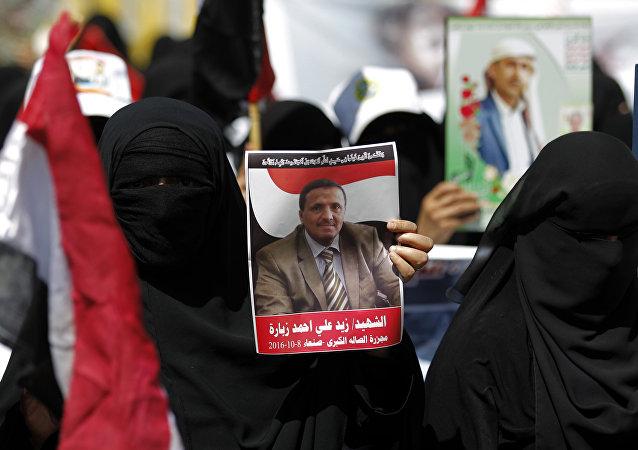 Mulheres iemenitas que apoiam os rebeldes xiitas Houthis protestam contra os ataques aéreos da coalizão liderada pela Arábia Saudita em frente ao hotel onde o enviado das Nações Unidas para o Iêmen, Ismail Ould Cheikh Ahmed, estava hospedado. Sanaa, em 25 de Outubro de 2016.