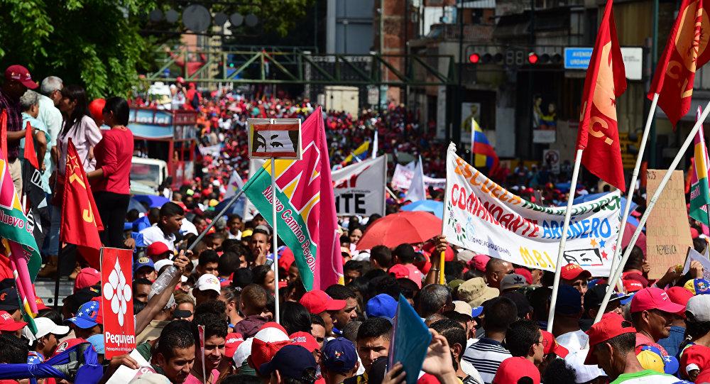 Defensores do presidente venezuelano Nicolas Maduro demonstram apoio ao líder nas ruas de Caracas em 25 de outubro de 2016