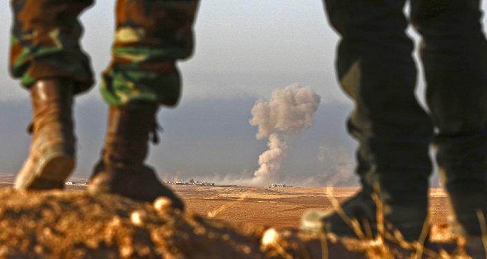 Combatentes curdos Peshmerga observam região próxima a Bashiqa, a 25 km de Mossul