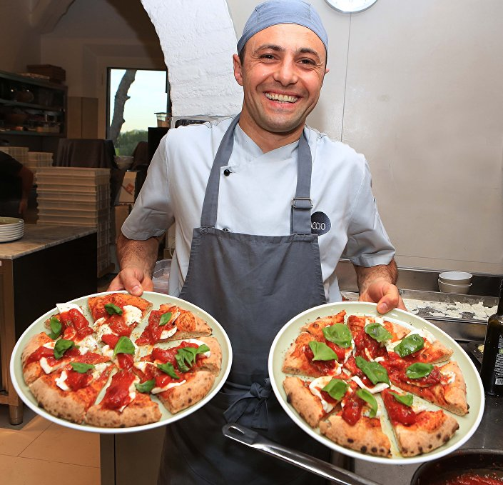Pizza servida na pizzaria Spaccio em Rimini, Itália