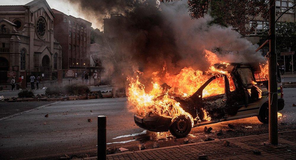 Carro da polícia sul-africana é incendiado em meio aos protestos de estudantes universitários pela educação superior gratuita
