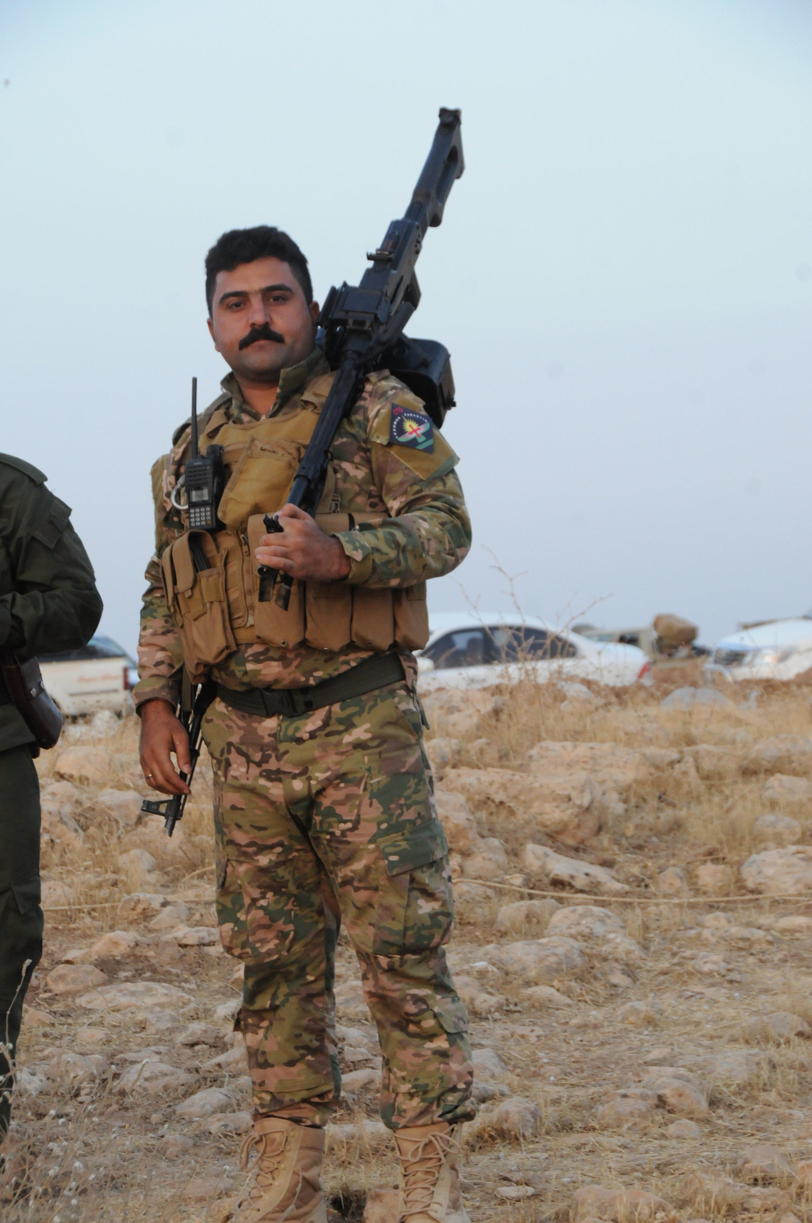 Combatente assírio de peshmerga em Mossul, Iraque, outubro de 2016