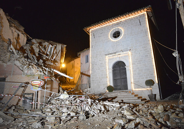 Igreja de San Sebastiano resiste em meio a casas destruídas de Castelsantangelo sul Nera,