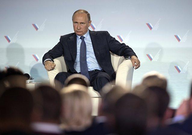 Presidente russo Vladimir Putin participa da sessão plenária do Fórum da Ação. Crimeia, Yalta, Rússia, 26 de outubro de 2016