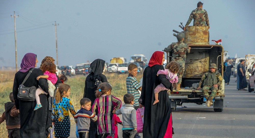Pessoas fogem de Mossul por uma rodovia protegida pelas Forças Armadas do Iraque