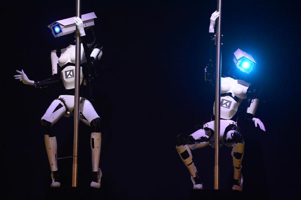 Robôs da empresa alemã Tobit Software dançam pole dance