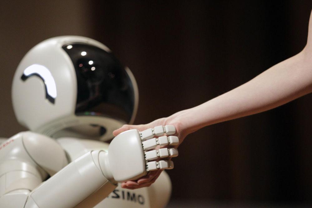 Robô ASIMO, criado pela empresa de automóveis Honda Motors, mostra sua capacidade de cumprimentar pessoas. 24 de setembro, 2014, Belgrado, Sérvia.