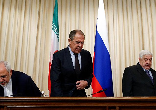 O ministro russo, Sergei Lavrov, ministro das Relações Exteriores da Síria, Walid Muallem, e ministro das Relações Exteriores do Irã, Mohammad Javad Zarif, participam de uma entrevista coletiva em Moscou, Rússia, 28 de outubro de 2016.
