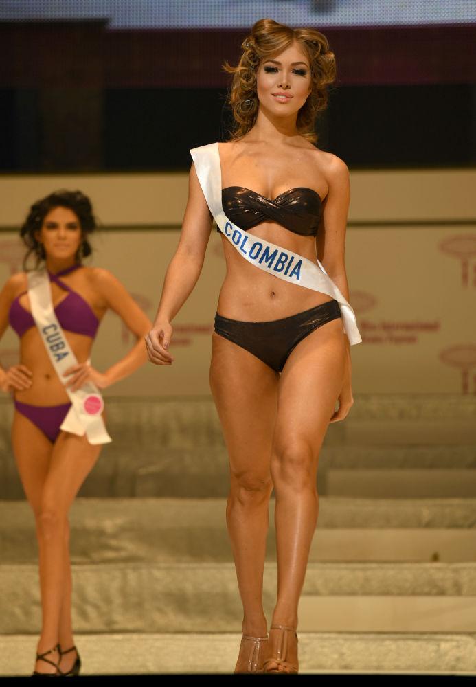 Miss Colômbia Yudi Daniela Herrera Avendano durante o ensaio do show em biquínis do concurso Miss Internacional 2016