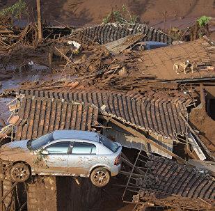 Um carro sobre ruínas de Bento Rodrigues, em 6 de novembro de 2015, no dia seguinte ao rompimento de barragem de Fundão