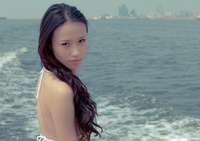 Uma mulher asiática
