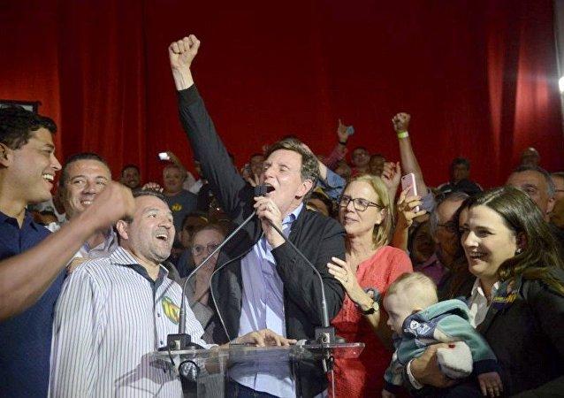 Crivella comemora após ser eleito Prefeito do Rio