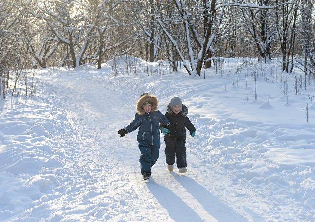 Crianças passeam no inverno na Rússia (foto de arquivo)