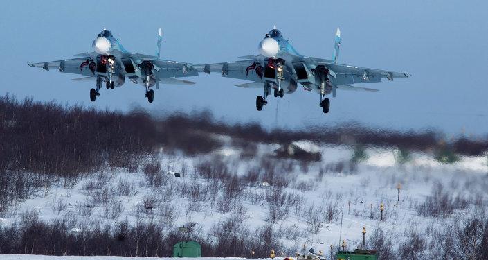 Caças Su-33 durante exercícios de aviação da Frota do Norte russa (foto de arquivo)