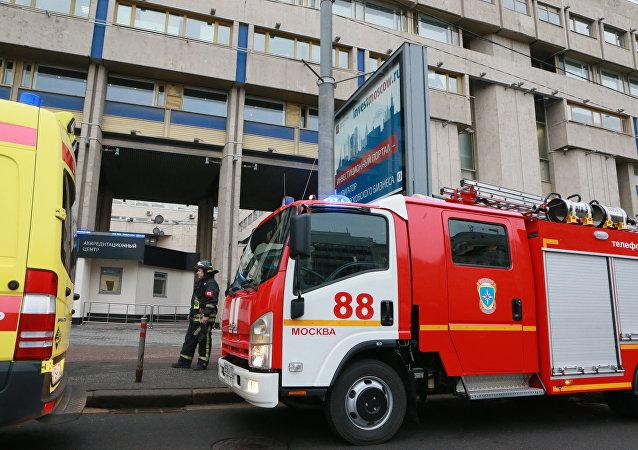 Bombeiros em frente à entrada da sede da agência Rossiya Segodnya