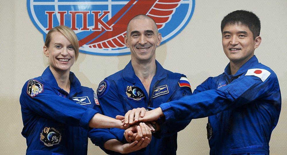 Membros da tripulação de astronautas da expedição à EEI norte-americana Ketlin Rubens, o russo Anatoly Ivanishin, o japonês Takuya Onishi antes do lançamento, Cazaquistão, julho de 2016