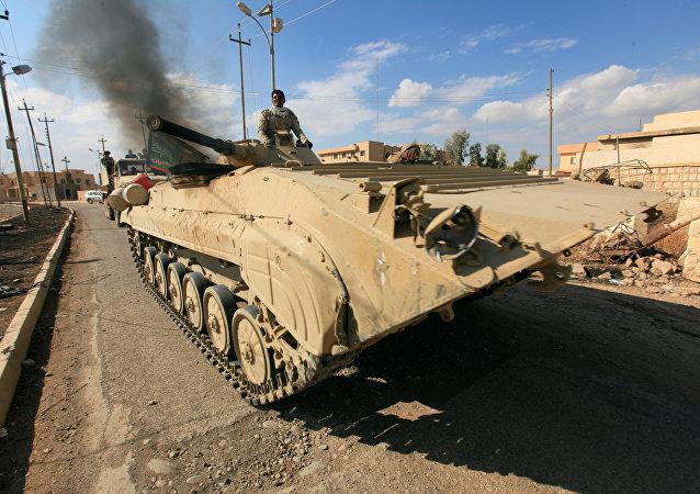 Blindado do exército iraquiano a caminho de Mossul em 2 de novembro de 2016
