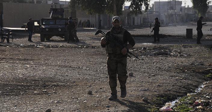 Militar iraquiano em Gorcelil, bairro de Mossul