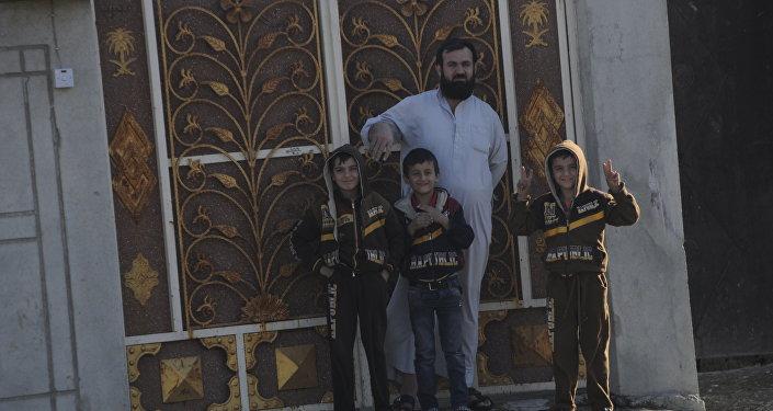 Família comemora a liberação do bairro de Gorcelil, em Mossul