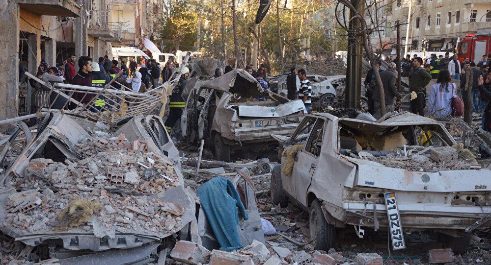 Na foto: carros danificados pela explosão em Diyarbakir, sudoeste da Turquia, em 4 de novembro de 2016