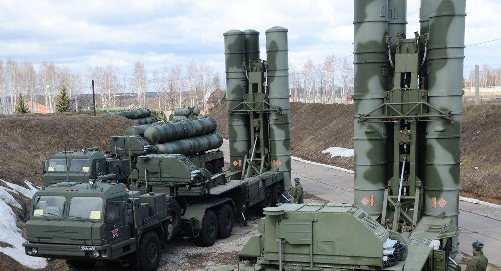 Sistemas móveis de mísseis antiaéreos S-400 Triumf