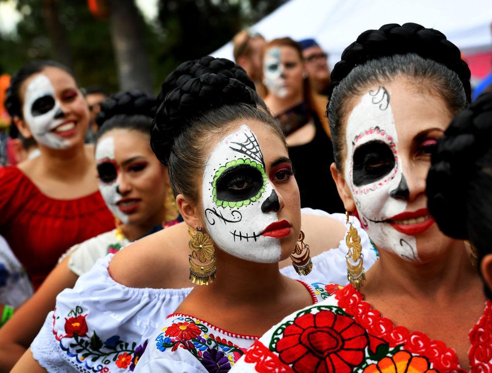Participantes do desfile anual de trajes durante o Dia dos Mortos