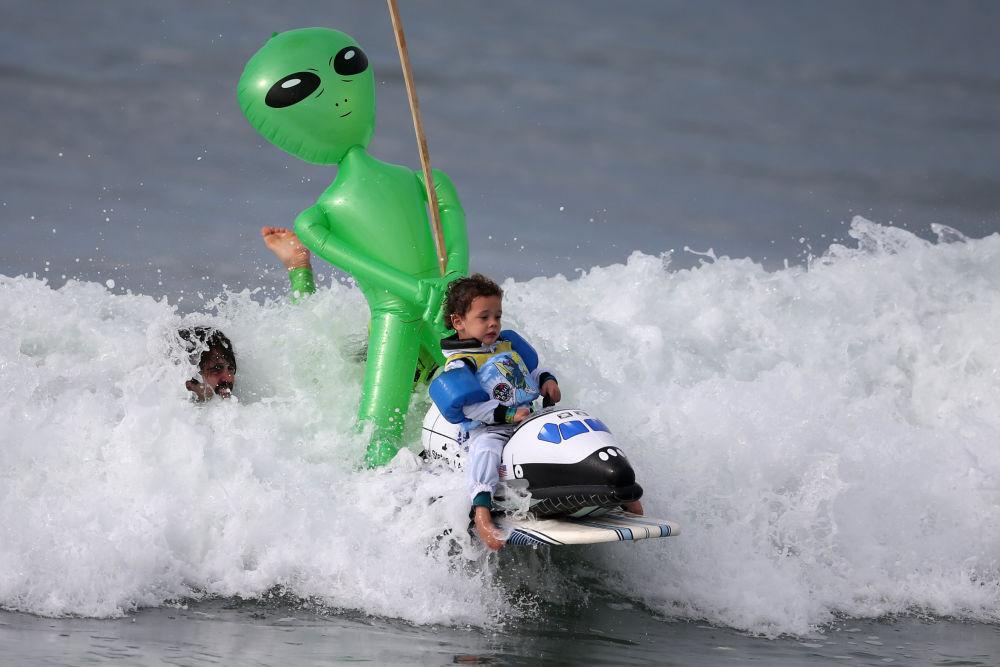 Oliver, de três anos, foi o participante mais jovem das competições de surf que se realizam por ocasião  do Halloween na cidade de Santa Monica, no estado da Califórnia