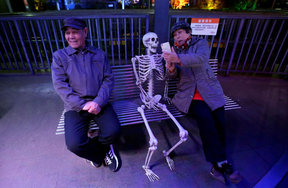 Casal em um dos parques de Pequim, onde foi realizado um desfile de Halloween