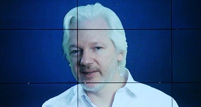 Jornalista e fundador do WikiLeaks Julian Assange ao dar um discurso on-line na conferência internacional sobre a mídia