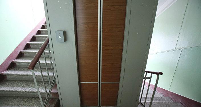 O elevador em um complexo residencial de Moscou