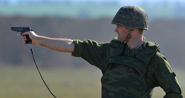Um soldado participa dos exercícios militares junto com o grupo operacional russo na região de Transnístria