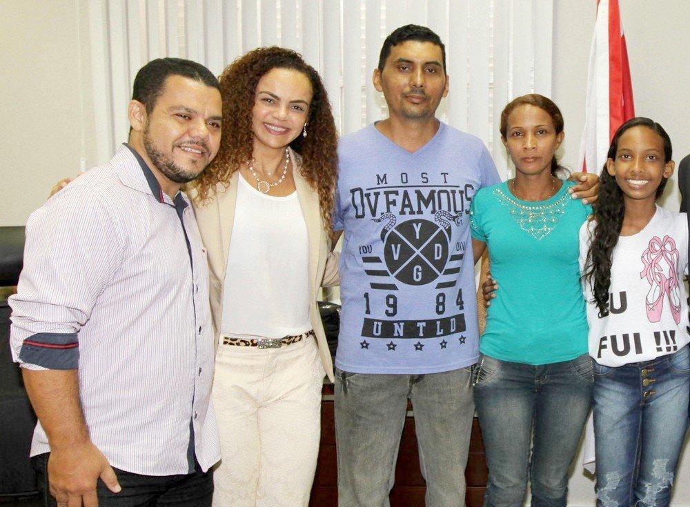 O coordenador do projeto Pro Paz, Luiz Felix; a secretária de Estado de Integração de Políticas Sociais, Izabela Jatene e Ana Clara com os pais