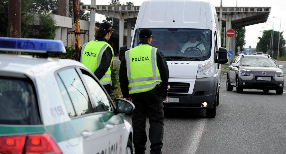 Agentes de polícia eslovacos monitoram rodovia perto da fronteira do país com a Hungria (arquivo)