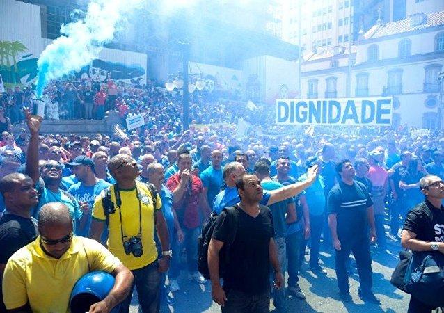 Servidores públicos do Rio de Janeiro, de diversas categorias fazem manifestação em frente à ALERJ