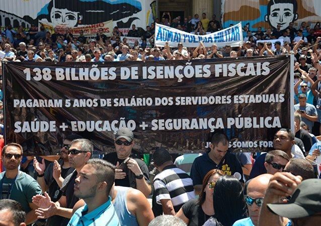 Servidores públicos estaduais fazem manifestação em frente à Assembleia Legislativa do Rio