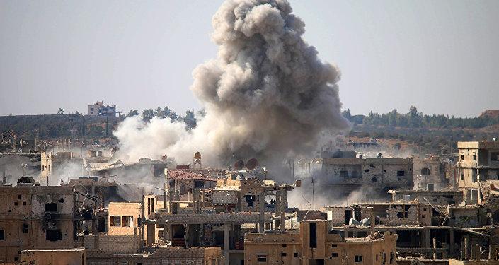 Fumaça liberada em ataque aéreo realizado pelas forças do governo sírio numa região da província de Daraa tomada por rebeldes, sul da Síria