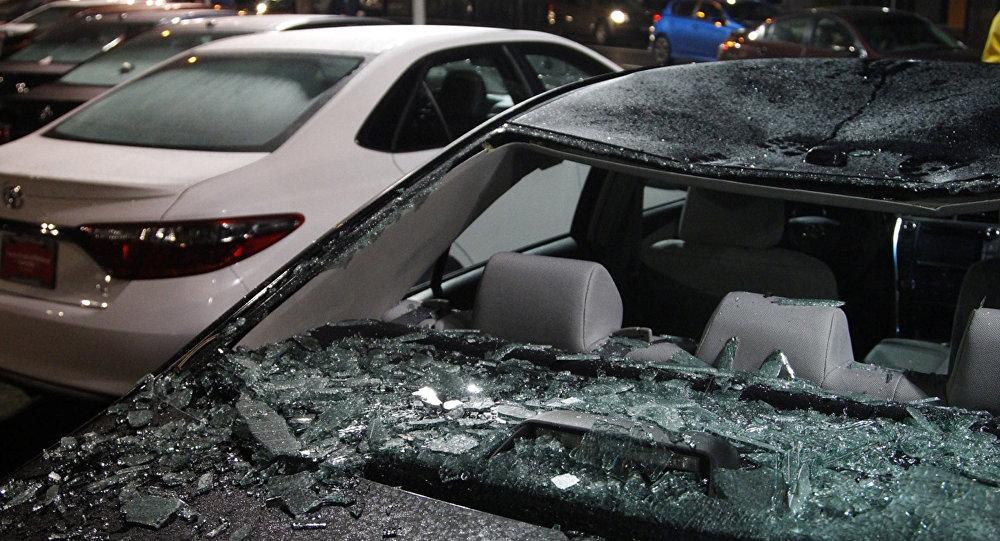 Um veículo danificado durante os distúrbios e protestos contra Trump, na cidade de Portland