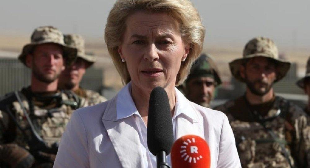 Ministra da Defesa alemã Ursula von der Leyen discursando em frente aos soldados de Bundeswehr e forças curdas peshmerga
