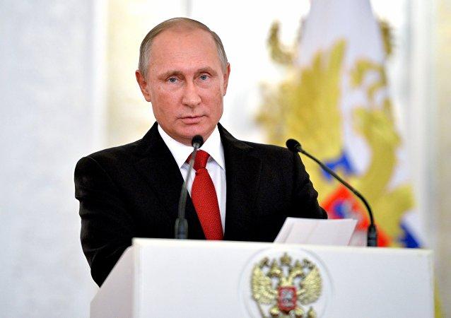 O presidente erusso Vladimir Putin apresentou prêmios estaduais aos cidadãos estrangeiros no Dia da Unidade Nacional Russa