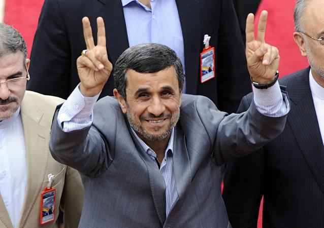 Mahmoud Ahmadinejad, que naquele momento era presidente do Irã, antes da inauguração do presidente venezuelano Nicolás Maduro, Caracas, Venezuela, abril de 2013