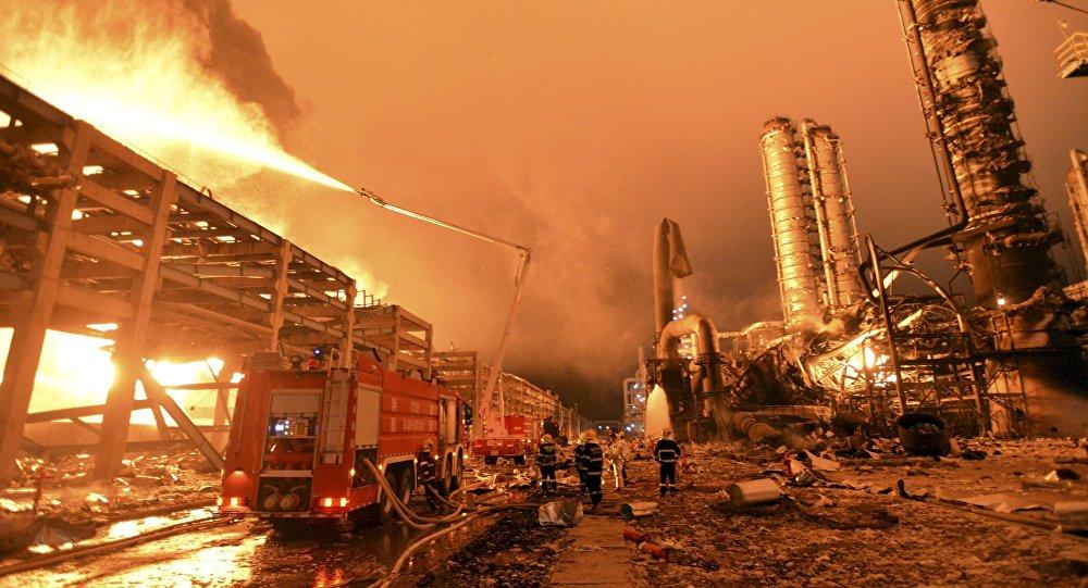 Bombeiros tentam apagar o incêndio em uma usina petroquímica em Zhangzhou, na província de Fujian, China (foto de arquivo)