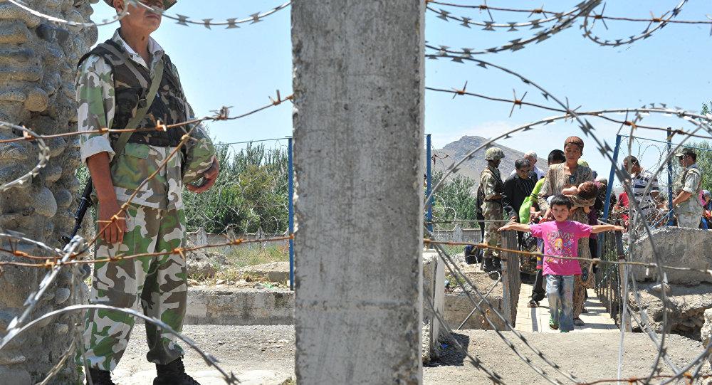 Guarda vigia a fronteira entre o Quirguistão e o Uzbequistão