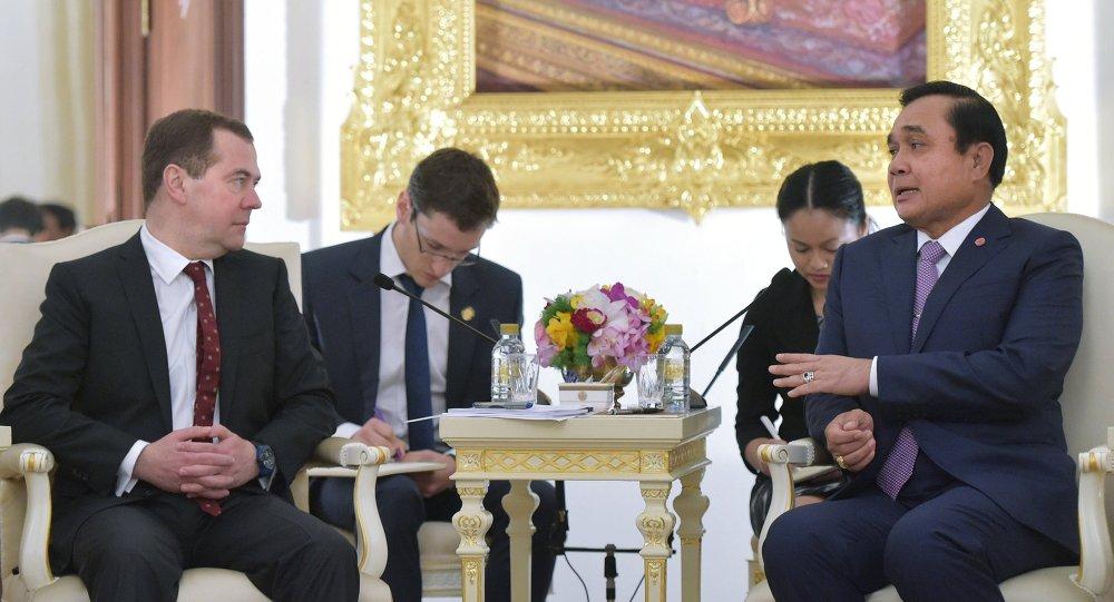 Primeiro-ministro, Dmitry Medvedev e premiê tailandês, Prayuth Chan-ocha