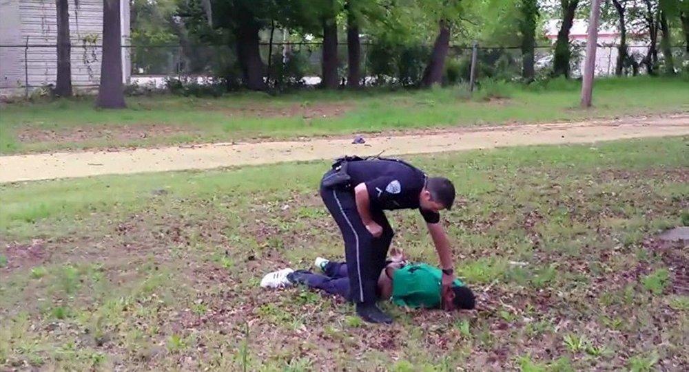 Policial norte-americano acusado de assassinato após publicação de vídeo na mídia