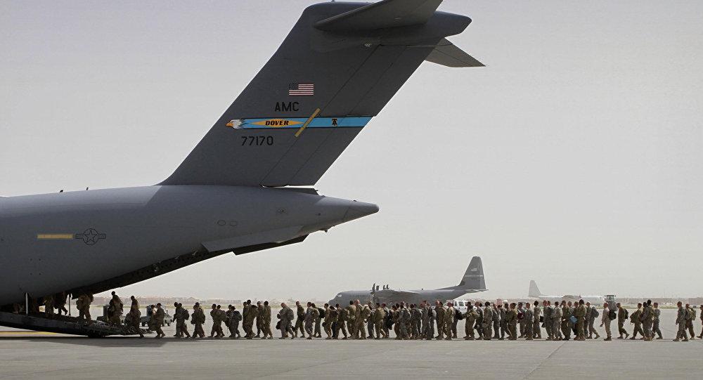 Esta foto de 14 de julho de 2011 mostra soldados norte-americanos entrando em um avião militar na base militar de Bagram para abandonar o Afeganistão