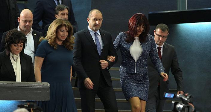Rumen Radev chefga a uma coletiva de imprensa em 13 de novembro de 2016 acompanhado da sua mulher, Desislava